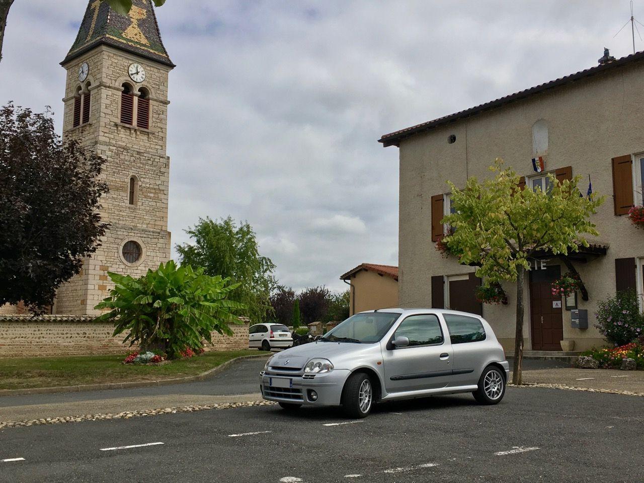 clio-rs-II-ph1-gris-titane-devant-eglise-mairie
